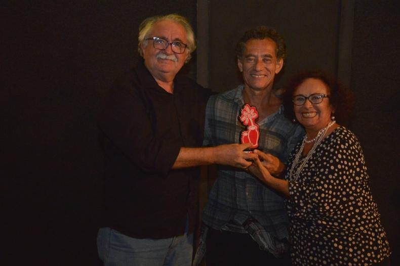Emocionado, Chico Diaz recebe homenagem do Fest Aruanda pelo conjunto da obra